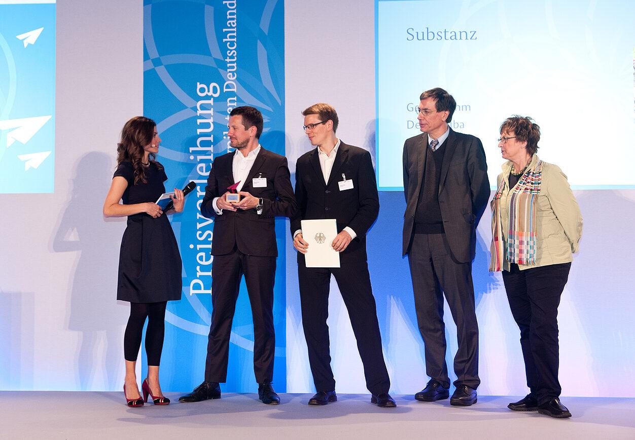 Georg Dahm und Denis Dilba bei der Preisverleihung der Kultur- und Kreativpiloten 2014 mit der Parlamentarischen Staatssekretärin Brigitte Zypries